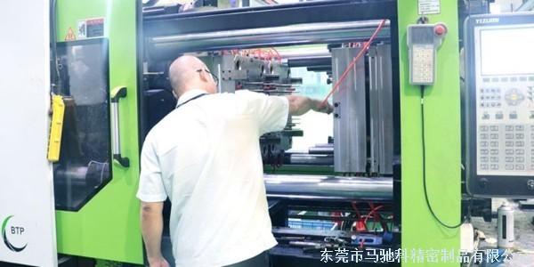 双色模具厂的模具抽芯后,滑块露出导槽外面怎么解决?